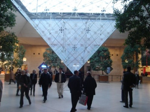 Pirâmide invertida do Louvre, ainda no fim datarde
